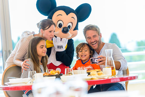 Lunch or dinner with Disney Characters